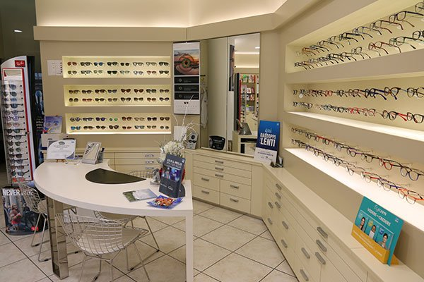 delle vetrine con degli occhiali da vista