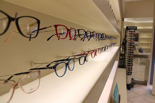 degli occhiali da vista di vari colori