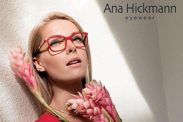 una donna con occhiali di color rosso della marca Ana Hickmann