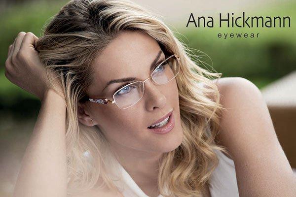 una donna bionda con occhiali da vista