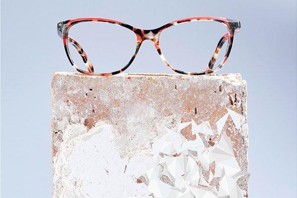 degli occhiali da vista leopardati di color nero e rosso