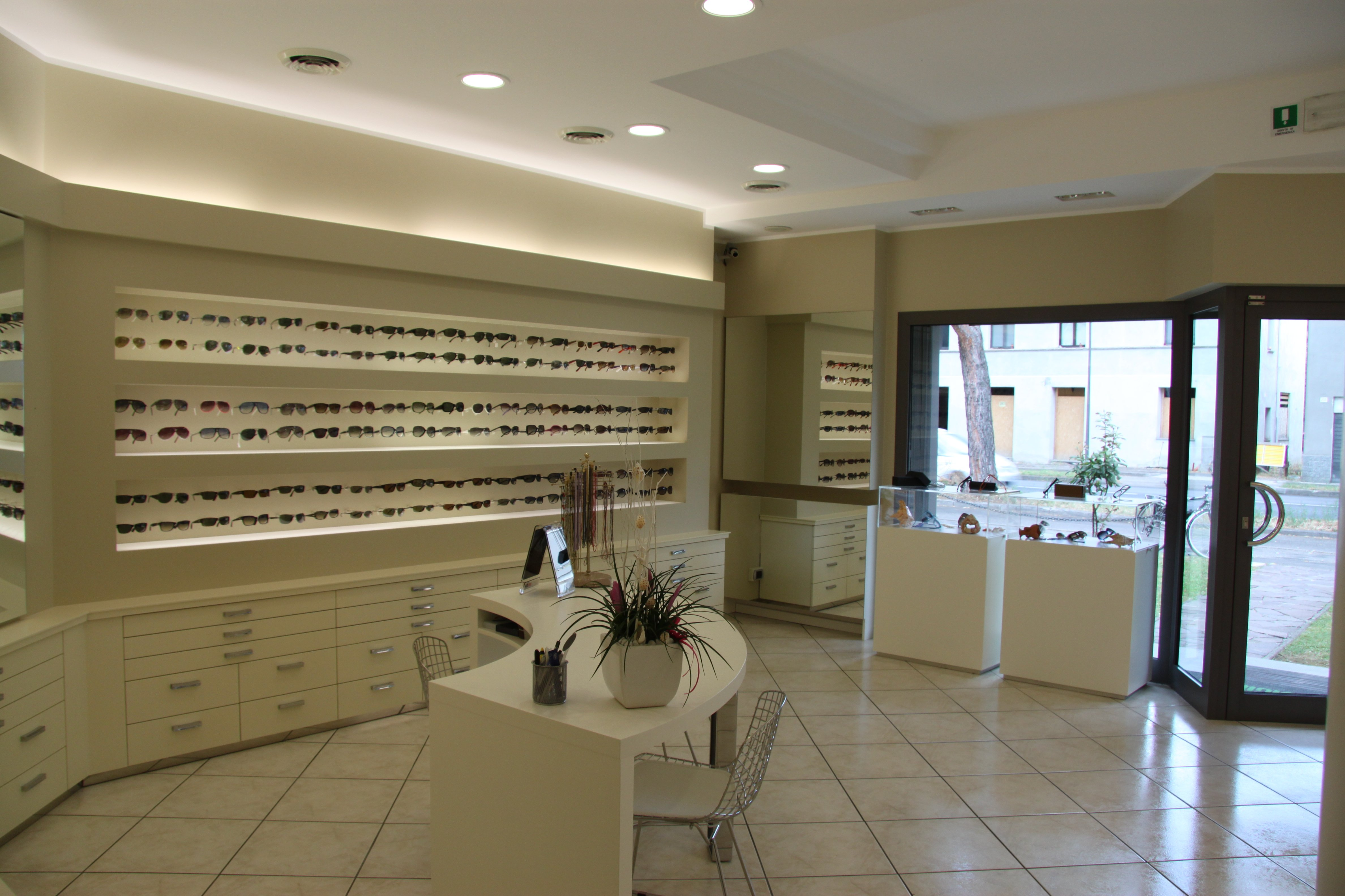 interno negozio di occhiali