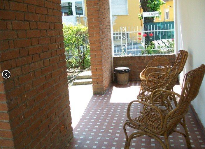 porticato con sedie di vimini