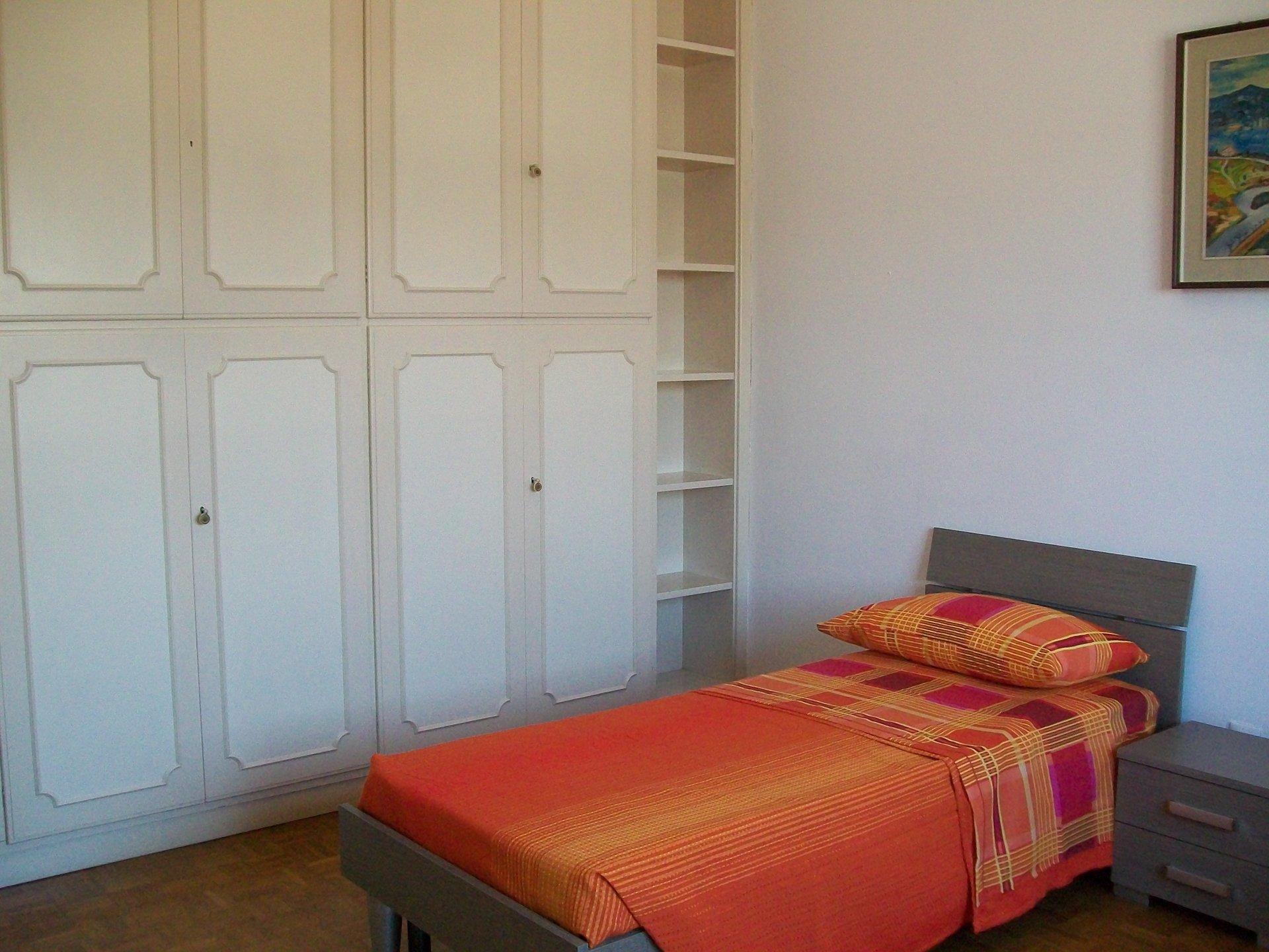 un armadio ampio e un letto singolo