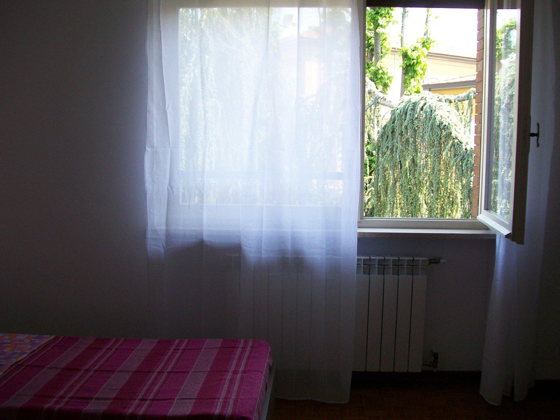 stanza con vista sul giardino
