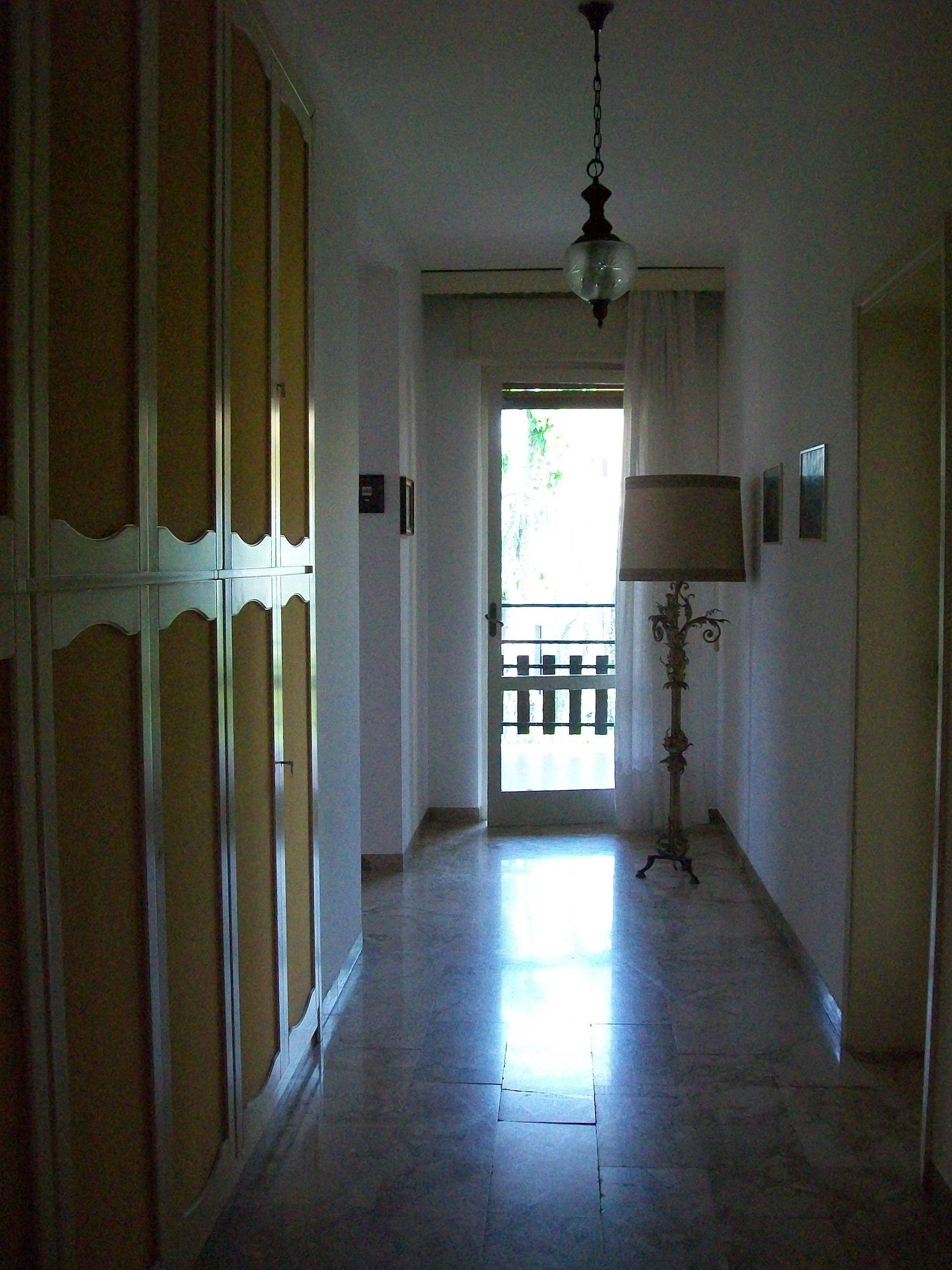 corridoio con armadio e lampada