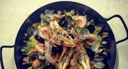 Paella, pesce e crostacei freschi