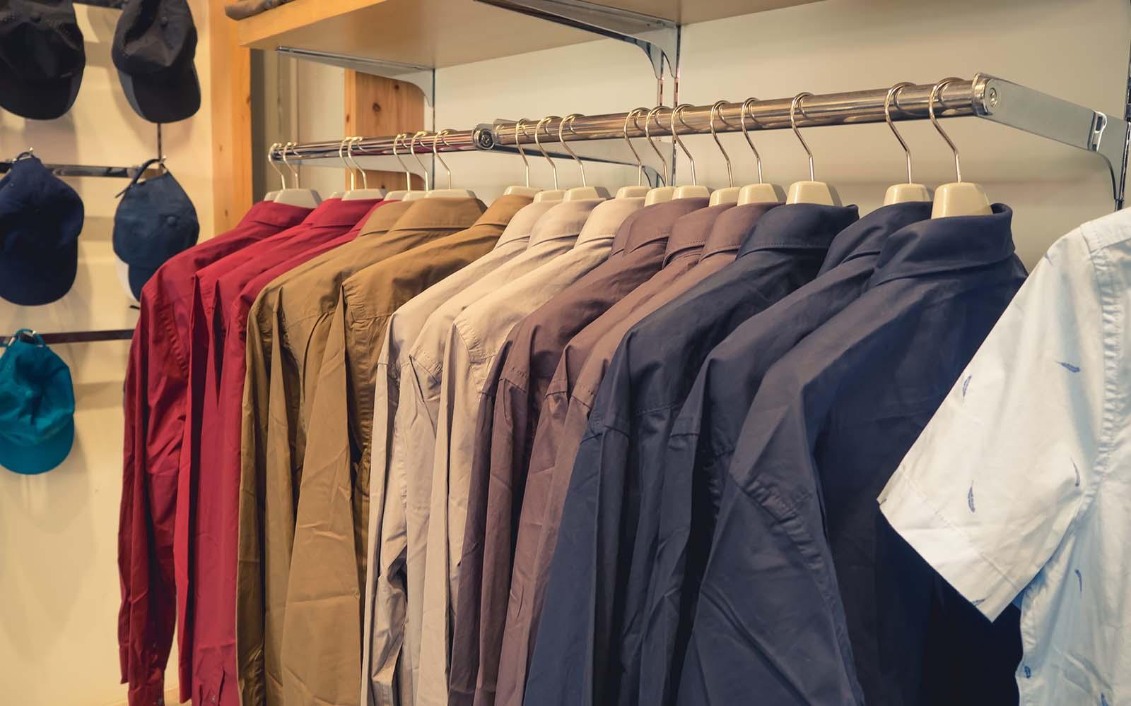 delle camicie di diversi colori appese