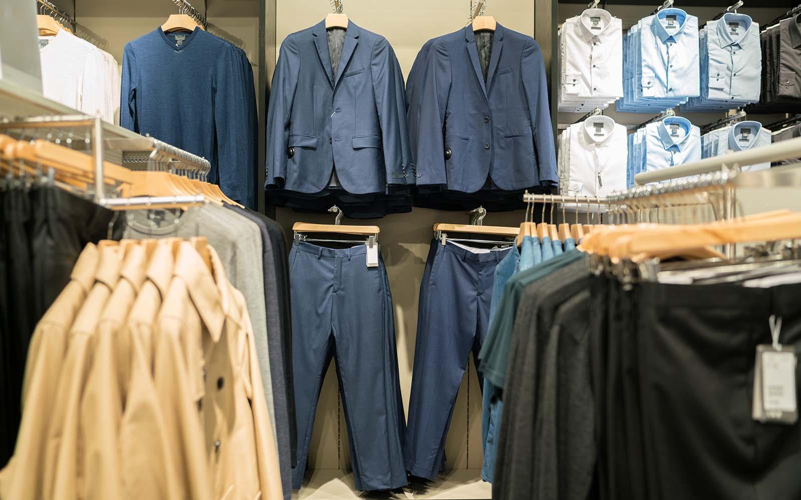 delle giacche e delle camicie appese in un negozio