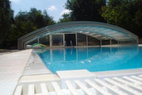 piscina esterna con copertura parziale