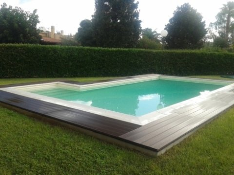 piscina con bordo in Tek