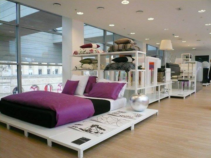 Scaffali bianchi a fiera di design con letti