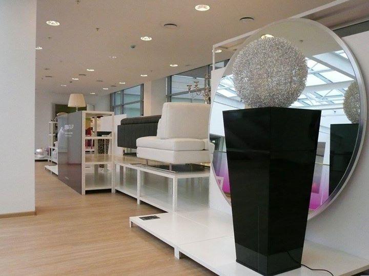 Vista laterale di scaffali bianchi a fiera di design