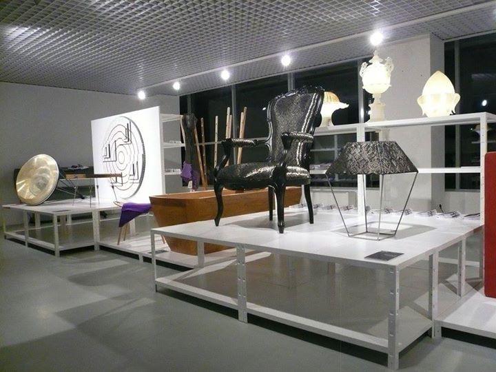 Scaffali espositivi con sedie di design