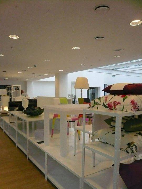 Scaffali bianchi esposti con mobili
