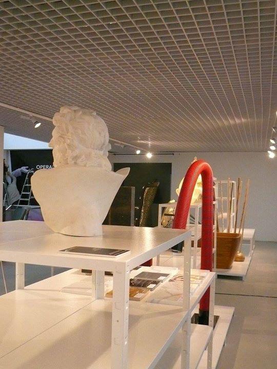 Scaffali di ferro bianchi con articoli di design
