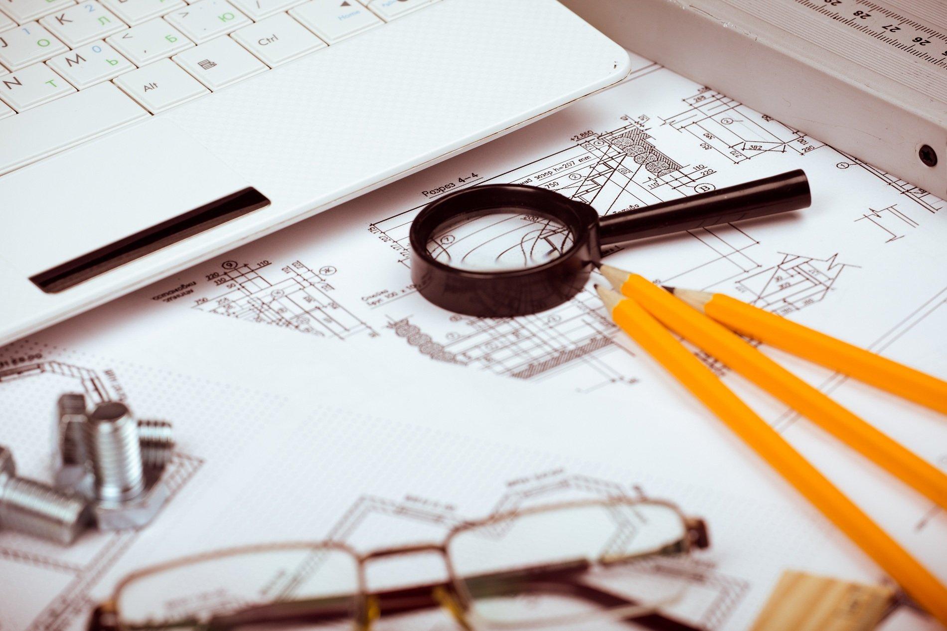 una lente di ingrandimento e delle matite