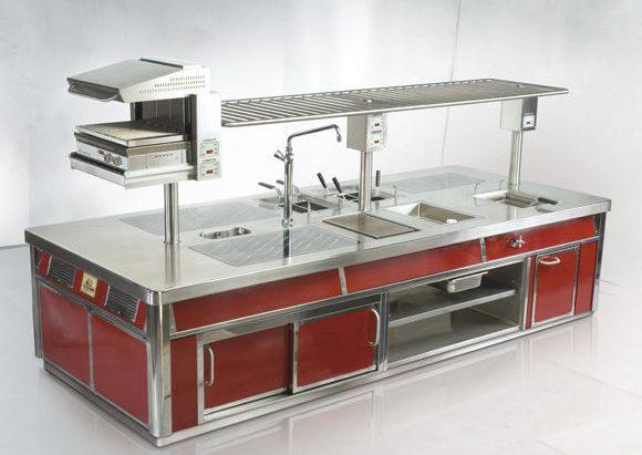 un blocco cucina in acciaio inox e di colore rosso