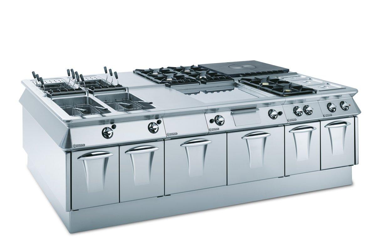 un blocco cucina in acciaio inox con friggitrici e fornelli