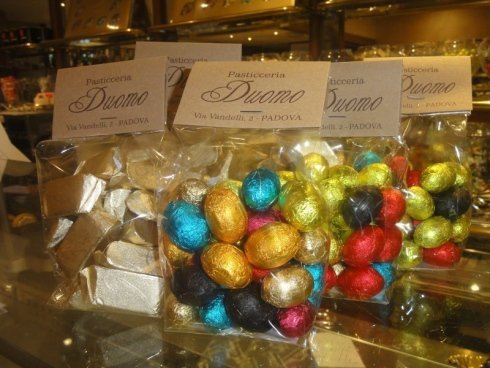 Piccoli uova di cioccolate