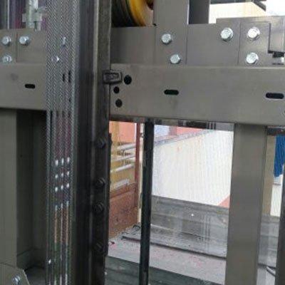 Struttura di metallo dello spazio dell'ascensore
