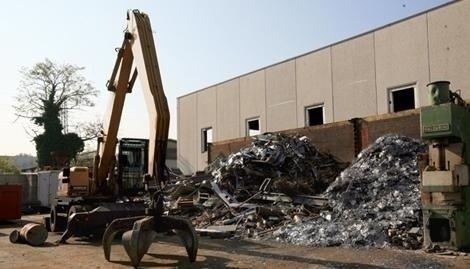 Con le nostre attrezzature possiamo smistare e lavorare materiali da demolizione con grande rapidità e precisione.