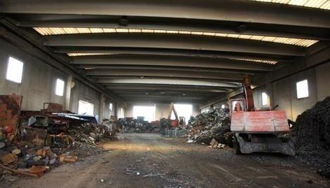 Disponiamo di ampi magazzini dove effettuiamo lo stoccaggio e la riduzione volumetrica di rottami metallici.