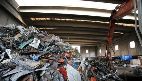 Capannoni e magazzini adibiti al deposito e allo stoccaggio di materiali da demolizione.