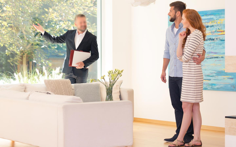 Consulente immobiliare mostra casa a una coppia