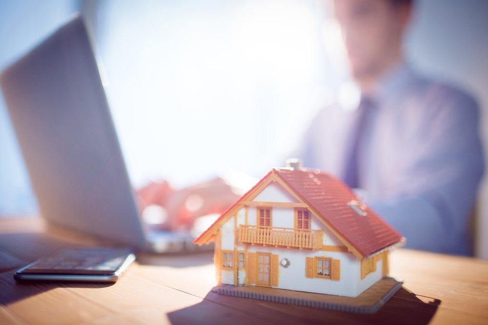 Consulente immobiliare al PC