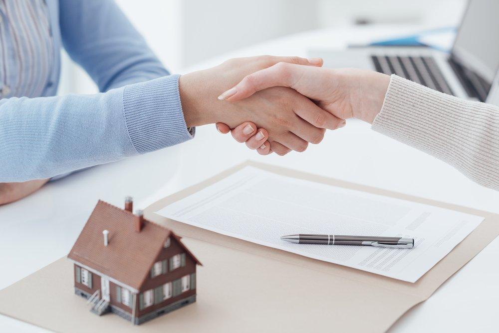 Consulente immobiliare e cliente si stringono la mano