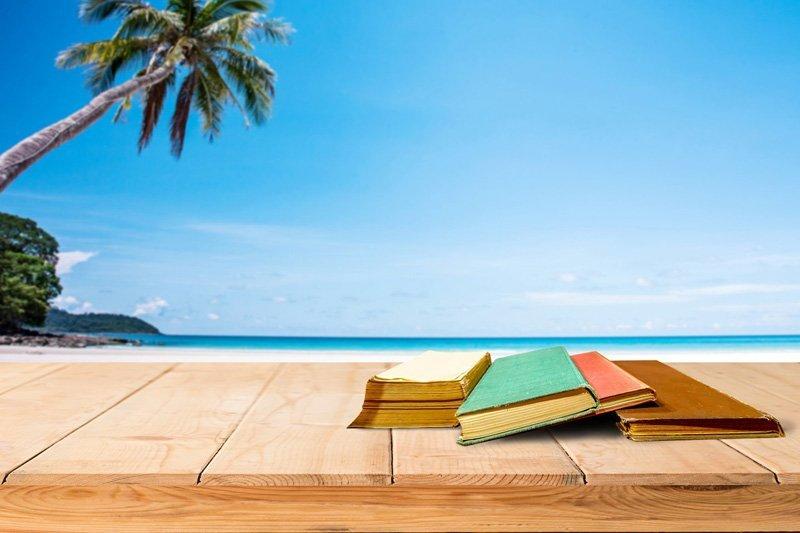 libri sopra un pavimento in legno frontemare
