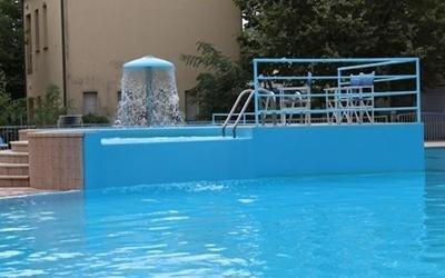 Centro con piscina esterna stagionale