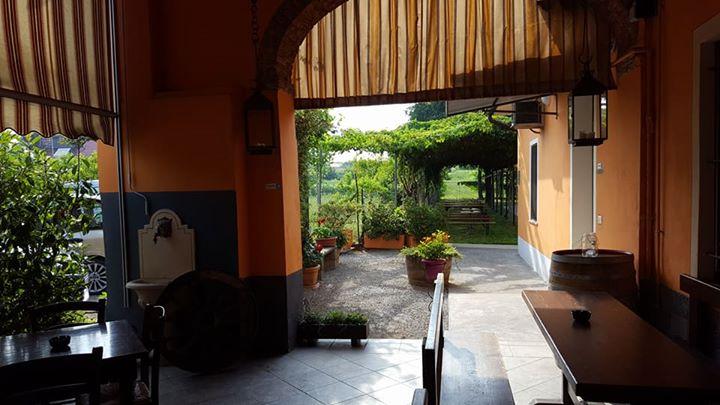 esterno locacle con tavoli e tenda da sole