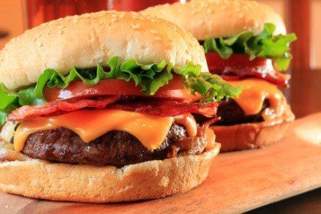 2 cheeseburger con pomodoro e insalata