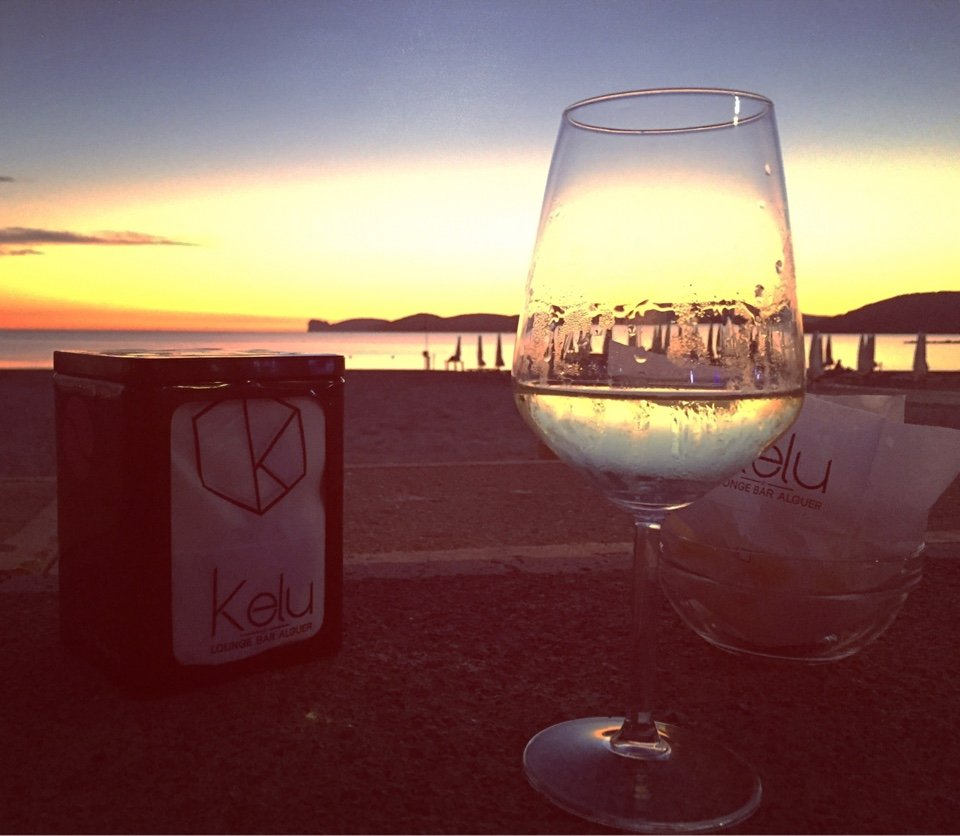 un bicchiere di vino al tramonto