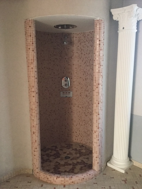 Vista di un box doccia in marmo