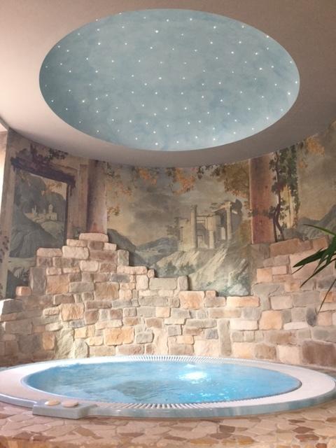 Una vasca rotondo e dei dipinti sul muro