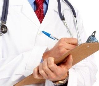 medico prende appunti