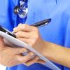 Tecnico compila un cartella per esame alla prostata