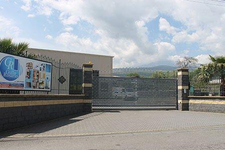 un cancello e dietro un edificio
