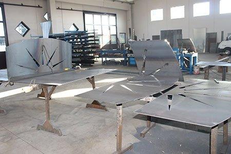 dei tavoli in ferro