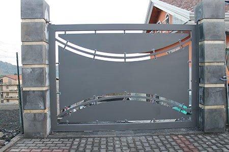 un cancello in ferro con una stella come ornamento al centro