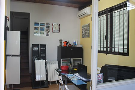 camera con scrivania e termosifoni