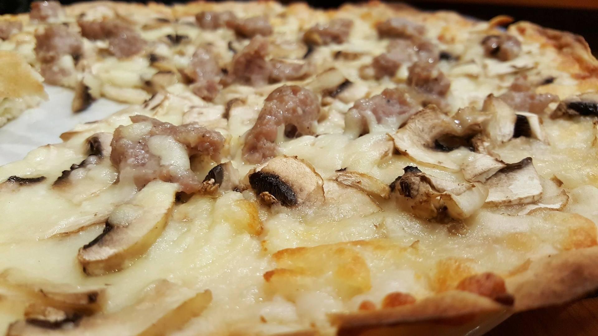 pizza bianca con funghi e salsiccia