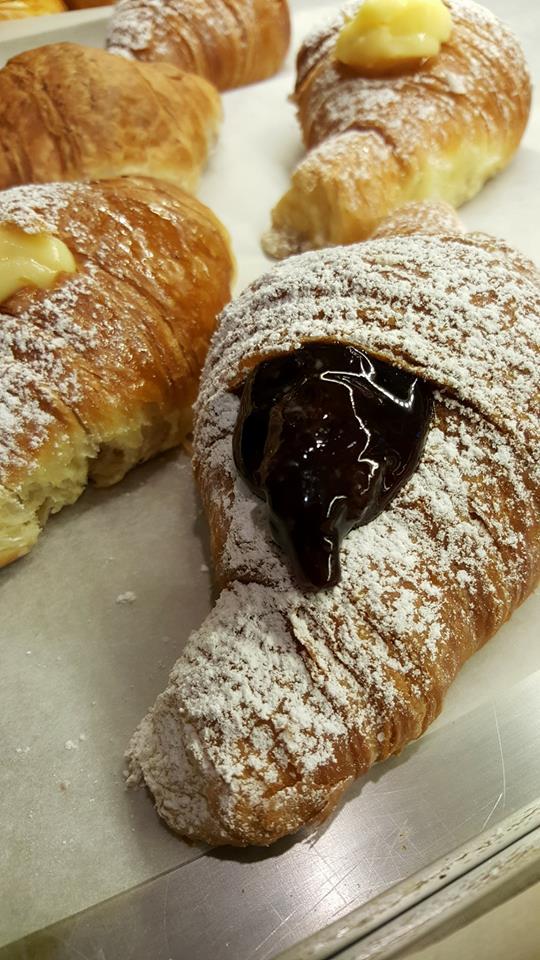 croissant con crema e marmellata