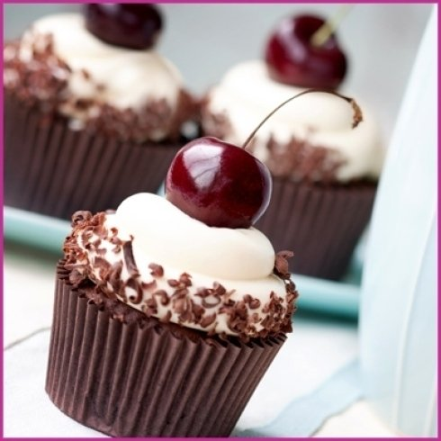 Pasticcino con crema, cioccolato e ciliegina