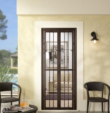 una finestra con una griglia che porta sulla terrazza