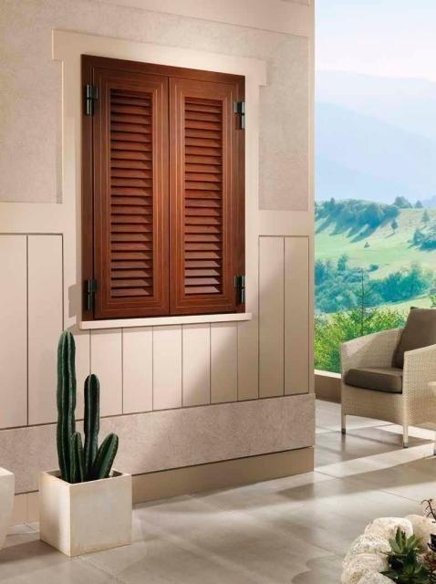 una finestra con delle tapparelle chiuse