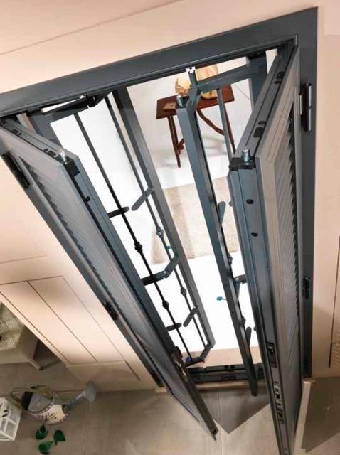 vista dall'alto di una finestra con delle griglie e tapparelle